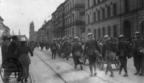 Bild 030: Einmarsch gegenrevolutionärer Soldaten in München [Bundesarchiv]
