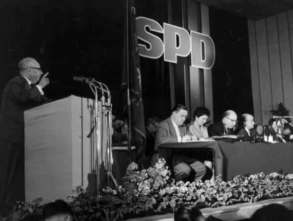 Bild 058: SPD-Parteivorsitzender Erich Ollenhauer spricht auf dem Godesberger Parteitag [Archiv der Sozialen Demokratie]